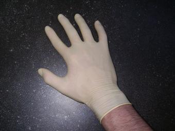 микротрещены в латексных перчатках