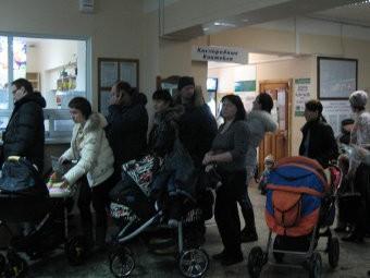 Очередь в регистратуру детской поликлиники номер 8, Ижевск. Фото Андрея Коновала.