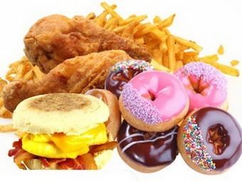 Пища с высоким уровнем жира, соли и сахара. Иллюстрация с сайта nmvrvi.lt