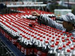 31 января – официальный день рождения самой знаменитой газированной воды. Уже больше 120 лет вокруг Кока-Колы, точный состав которой остается коммерческой тайной, не утихают споры: насколько безопасен этот напиток? В честь знаменательной даты МедНовости собрали научные исследования, которые рассматривают влияние колы на наше здоровье.