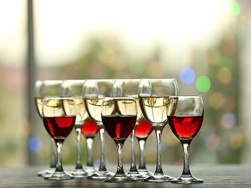 Объем бокала влияет на количество выпитого алкоголя