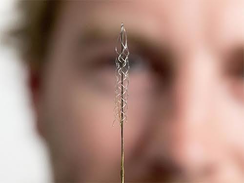 Устройство размером со скрепку вернет подвижность парализованным людям