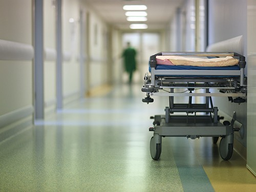 В течение двух недель главврач не давал разрешения врачу-консультанту осмотреть пациента