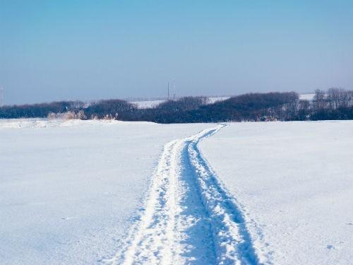 В Оренбуржье из-за снежных заносов в очередной раз застрял санитарный автомобиль