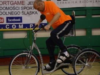 мужчина парализованный удара ножом спину ездить велосипеде