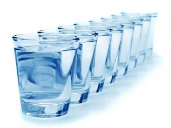 восемь стаканов воды день нужны