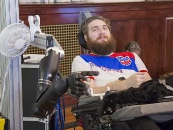 парализованному мужчине вернули способность ощущать прикосновения