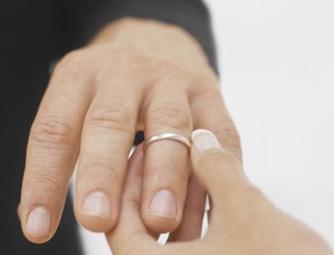 cfbe6baa4dda Обручальное кольцо, как известно, непростое украшенье. Романтичные девушки  о нем мечтают, замужние дамы с достоинством носят, а хитроватые мужья при  любом ...
